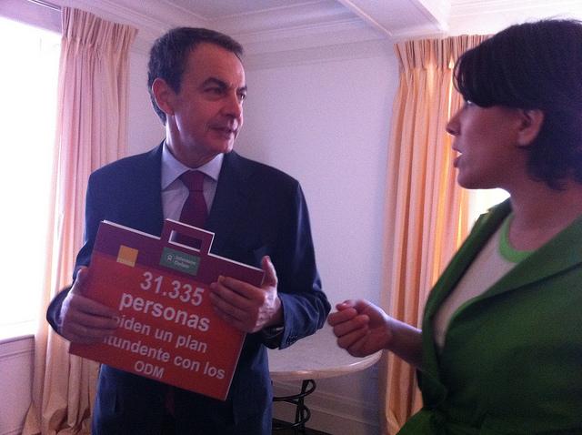 José Luis Rodriguez Zapatero recibe firmas