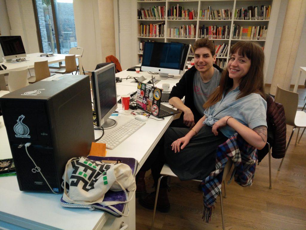 Alison Macrina, responsable del Library Freedom Project, instalando un nodo Tor en el Internet Freedom Festival 2016